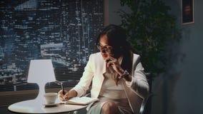 镜片的非裔美国人的女商人讲话由智能手机与某事 影视素材