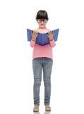 镜片阅读书的愉快的小女孩 库存照片