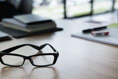镜片,在办公桌上的笔记本 事务,工作场所, educat 图库摄影