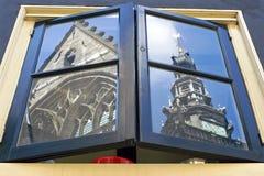 镜象圣斯蒂芬斯教会在厨房窗口里 免版税库存图片