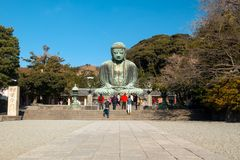 镰仓日本- 20Dec 2015年;是最著名的日本阿弥陀佛的巨大的室外古铜色雕象  库存图片