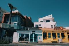 镰仓海滩的葡萄酒五颜六色的房子 库存图片