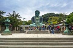 镰仓,日本的了不起的菩萨的雕象的游人 库存图片
