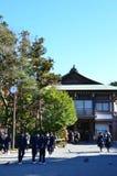 镰仓,日本- 2016年12月:学生参观寺庙 库存图片