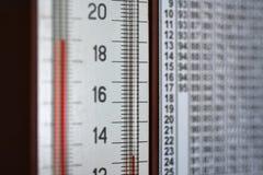 镶嵌墙上的湿度计温度计显示温度和湿气的专栏 库存照片