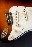 镶有钻石的旭日形首饰的身体吉他 图库摄影