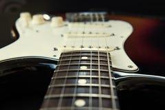 镶有钻石的旭日形首饰的身体吉他 库存照片