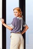 镶边女衬衫的年轻美丽的妇女 库存图片