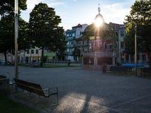 镶边样式/眺望台在波瓦-迪瓦尔津,有后边太阳设置的葡萄牙老镇中心  库存照片