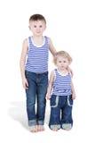 镶边汗衫的二个男孩兄弟 免版税库存照片