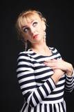 镶边礼服乐趣的金发碧眼的女人 免版税库存照片