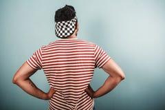 镶边衬衣和方格的帽子的年轻人 免版税图库摄影