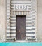 镶边黑白大理石装饰围拢的木年迈的门 库存照片