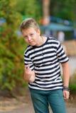 镶边T恤杉的男孩在公园 免版税库存照片