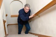 年长人攀登台阶,惊吓,被混淆 免版税库存照片