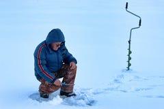 年长人渔在湖的冬天 库存照片