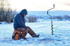 年长人渔在湖的冬天 图库摄影