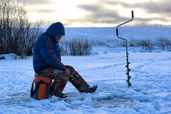 年长人渔在湖的冬天 免版税图库摄影