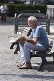 年长人读书报纸 免版税库存照片