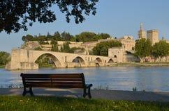 长凳、桥梁和Palace教皇的在阿维尼翁 免版税库存图片