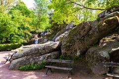长凳、石头和瀑布 免版税库存照片