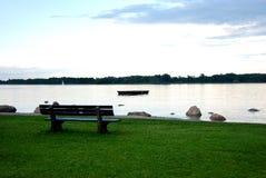 长凳俯视的河或海运 免版税库存照片