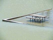 长凳充斥了入湖 库存图片
