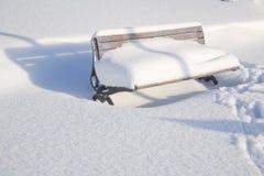 长凳公园雪 免版税图库摄影