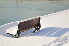 长凳公园雪 免版税库存图片