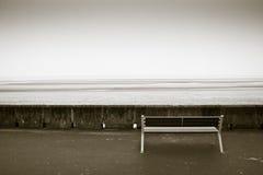 长凳前海洋 免版税图库摄影