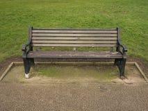 长凳剪报查出的公园路径 免版税库存图片