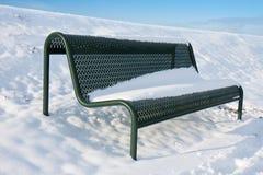 长凳包括绿色铁雪 免版税库存照片