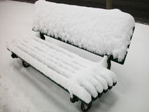 长凳包括雪 免版税库存照片