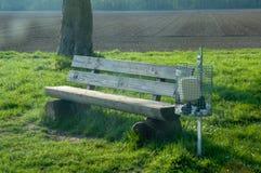 长凳和垃圾桶 免版税库存照片