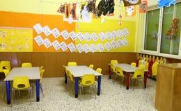 长凳和小黄色椅子在孩子的一个托儿所 免版税库存图片