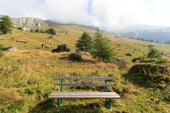 长凳和山在阿尔卑斯,奥地利 免版税库存图片