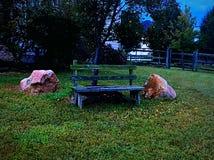 长凳和岩石 库存照片