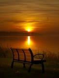 长凳和日落 库存图片