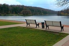长凳和河在城市公园 图库摄影