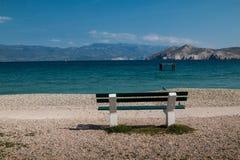 长凳和海,巴斯卡,海岛Krk,克罗地亚 免版税库存图片