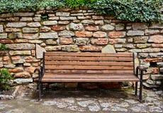 长凳和石墙 库存照片