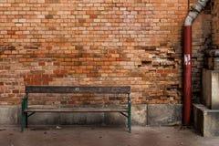 长凳和砖墙 免版税库存照片
