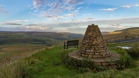 长凳和纪念碑在Buttertubs附近通过,北约克郡,英国 免版税图库摄影