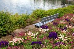 长凳和花在蒙特勒(瑞士) alpen湖 库存照片