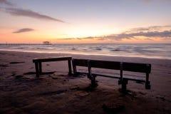 长凳和表在海滩 免版税库存照片