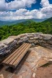 长凳和观点的从崎岖的石峰的阿巴拉契亚人,在Th附近 免版税图库摄影