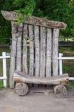 长凳和解在城市公园 免版税库存照片