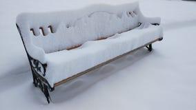 长凳和雪 免版税库存照片