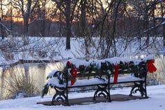 长凳圣诞节公园 免版税库存照片