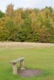 长凳在一个公园在秋天 免版税库存图片